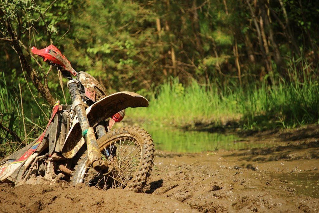 oude wonden 90 motorrijder vast in modder